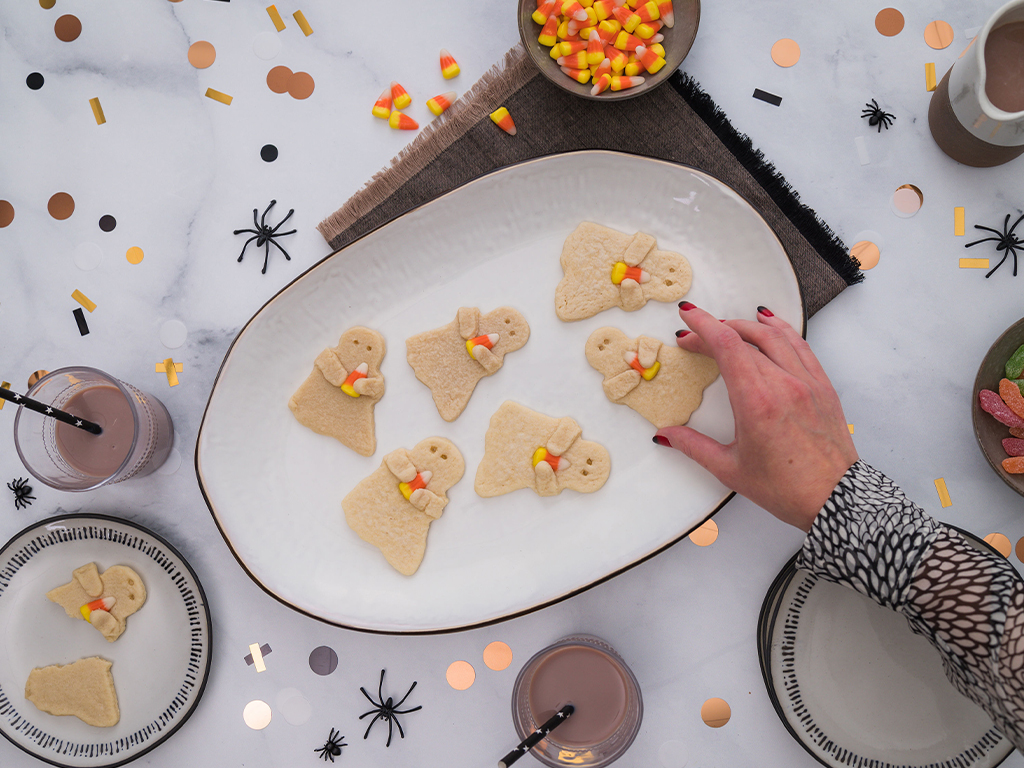 Halloween sugar cookie ghosts