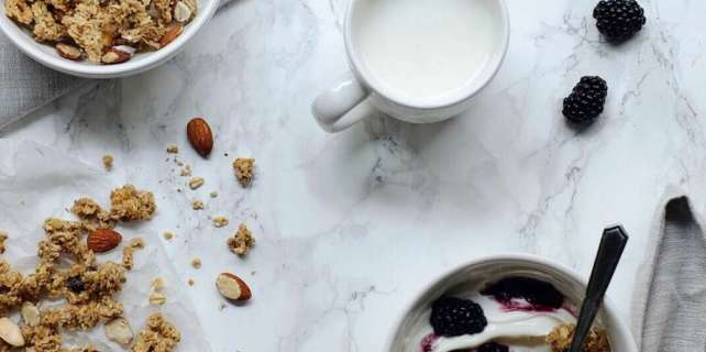 Healthy eating meal plans contain nutritious foods like milk, granola, yogurt, and berries.